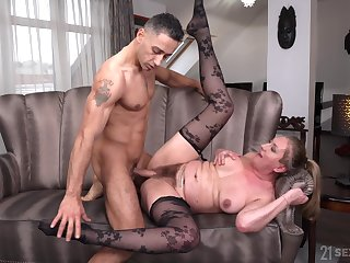 Lad fucks superannuated bitch plus cums out of reach of her hairy cunt